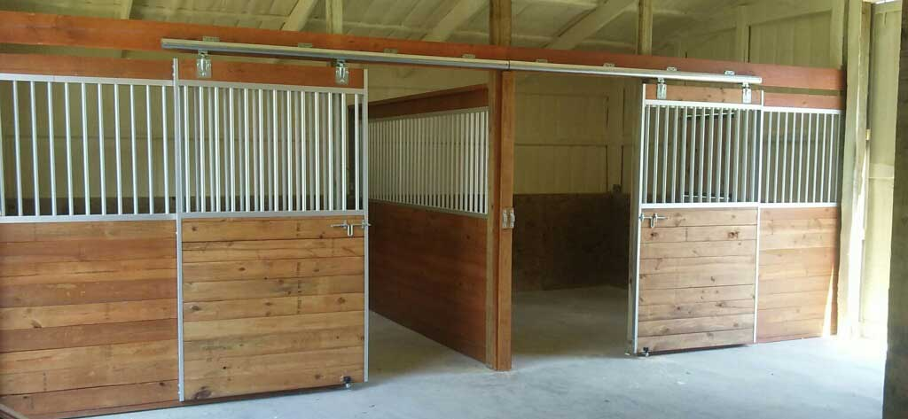 Aluminum  horse stalls with sliding gate and side panels